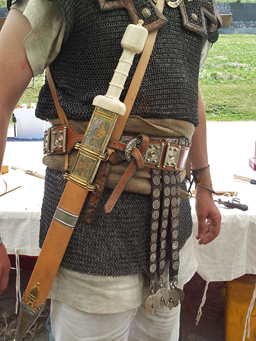 Roman sword, with his harness. Do I look good with it? :p